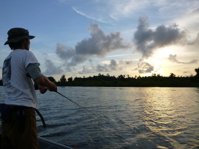 Pecheur sur le lac de Bolgoda au Sri Lanka