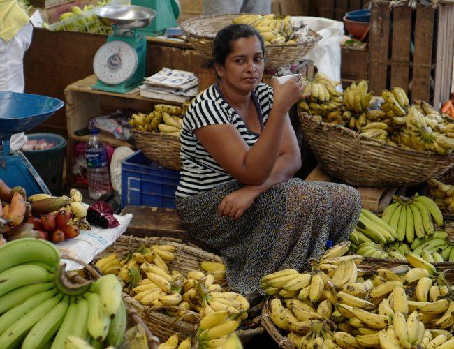 Marchande sur le marché de Pettah au Sri Lanka